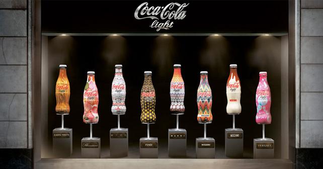 flaschen tragen haute couture coca cola light im. Black Bedroom Furniture Sets. Home Design Ideas