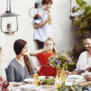 Almdudler Familie am Tisch