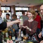 Botucal_Nightshaving_Gäste mit Drinks_