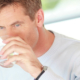 IDM Mineralwasser Mann mit Glas