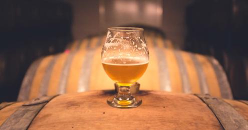 Bier Glas auf Fass