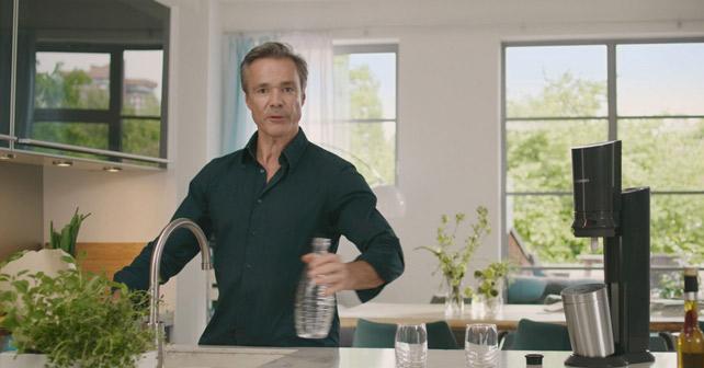 6e057d36f5 SodaStream geht erstmals mit Hannes Jaenicke und neuem TV-Spot gegen ...