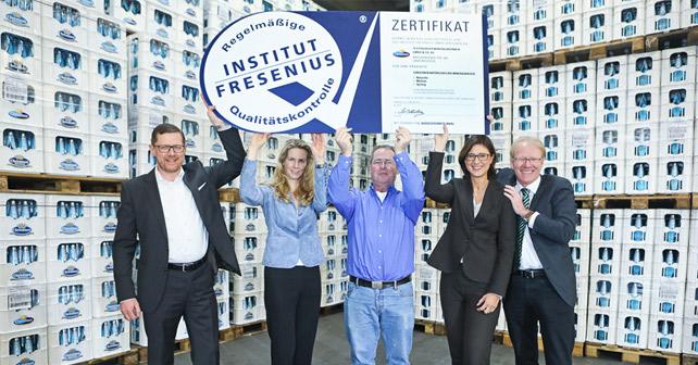 fresenius zertifikat hochgehalten von Chirstinen Mitarbeitern