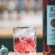 Flasche Asbach aperitif mit gefülltem Glas daneben