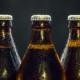 Drei Bierflaschen vor schwarzem Hintergrund