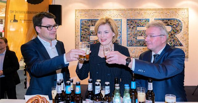 Dr. Jörg Lehmann, Julia Klöckner und Detlef Projahn stoßen an