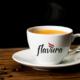 Kaffeetasse mit flavurakaffee gefüllt