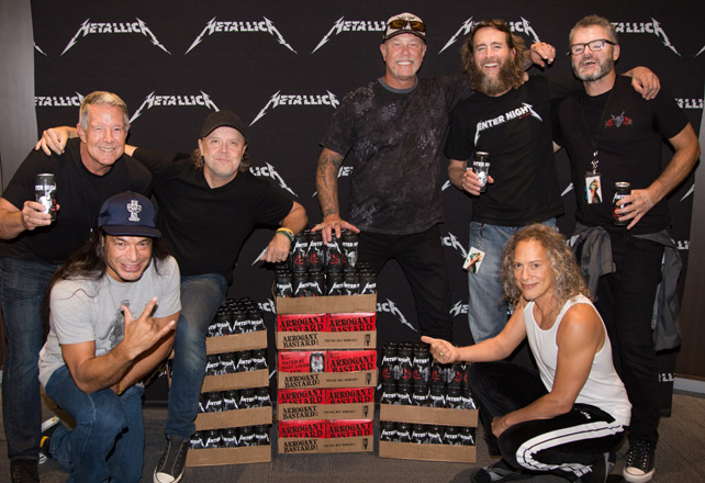 Stone Brewing und Metallica mit dem Enter Night Pilsner