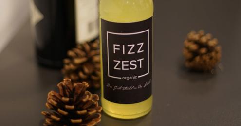 Eine Flasche Fizzzest mit einer Flasche Gin