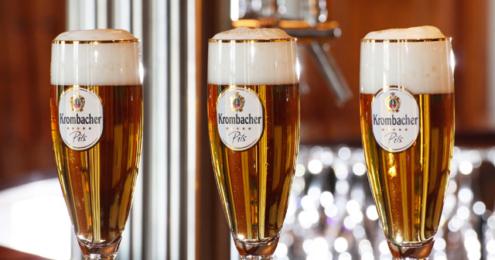 Drei Gläser Krombacher Pilsener auf der Bar