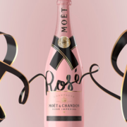 "Eine Flasche der neuen ""Rosé Treasured Ties"" Collection von Moët & Chandon"