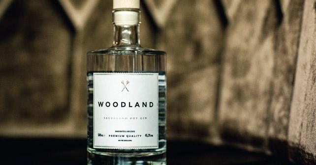 Moodbild der Flasche des Woodland Sauerland Dry Gin