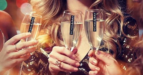 Anstoßen mit drei Gläsern SCAVI & RAY Prosecco