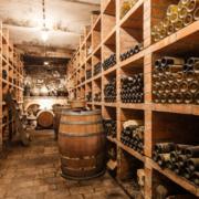 Weinfässer und Weinregale vom Weingut Franz Schindler
