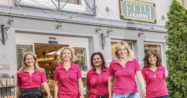 Frauen vor dem Ettli Kaffe