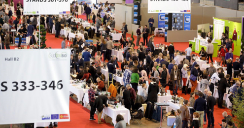 Messehalle gefüllt mit Besuchern