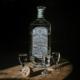 Eine Flasche Ming River Baijiu und Gläser auf einem Tisch