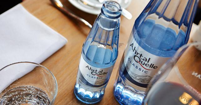 Arthalquelle Flaschen auf einem Tisch