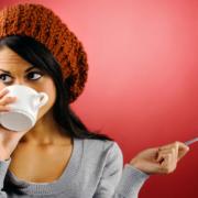 Frau mit Teetasse