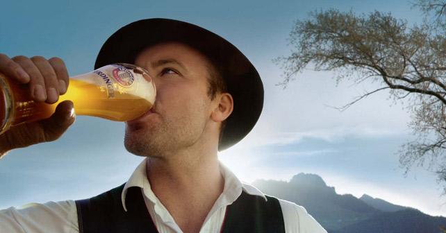 Mann trinkt Erdinger