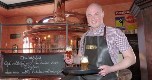 Watzke Brauer mit Bier in der Hand
