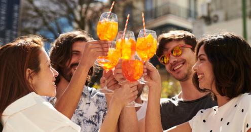 Junge Leute mit Aperol in der Hand