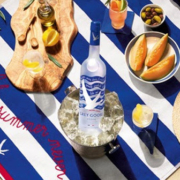 Grey Goose Maison Labiche flasche auf Strandtuch
