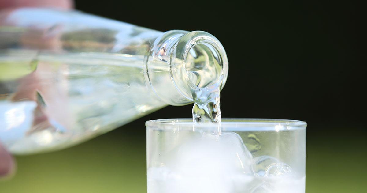 Wasserflasche und Glas