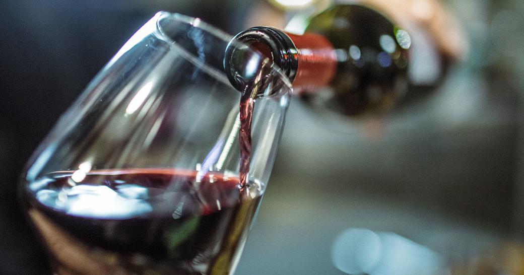 Weinglas und Weinflasche