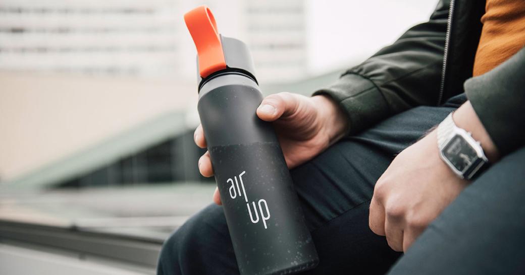 Mann hält air up Flasche