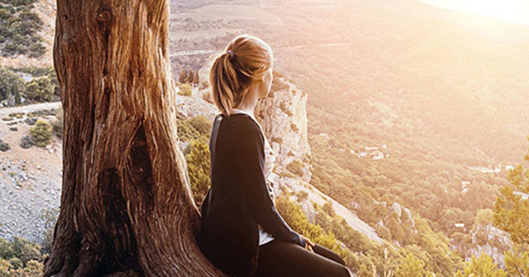 Frau schaut auf Berge