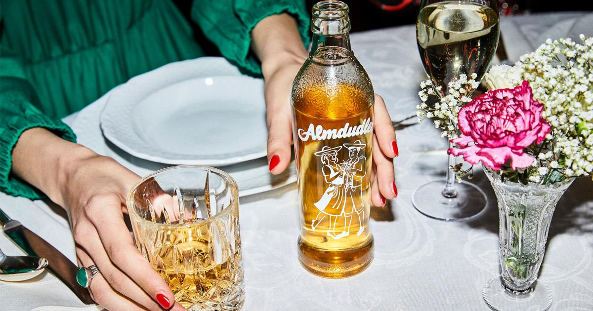 frau trinkt almdudler