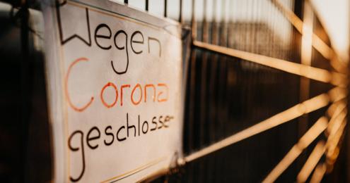 schild mit aufschrift wegen corona geschlossen