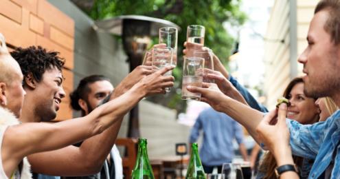 personen in der gastronomie trinken mineralwasser