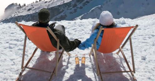 ein paar im schnee auf sonnenliegen
