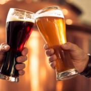 zwei menschen prosten sich mit einem bier zu