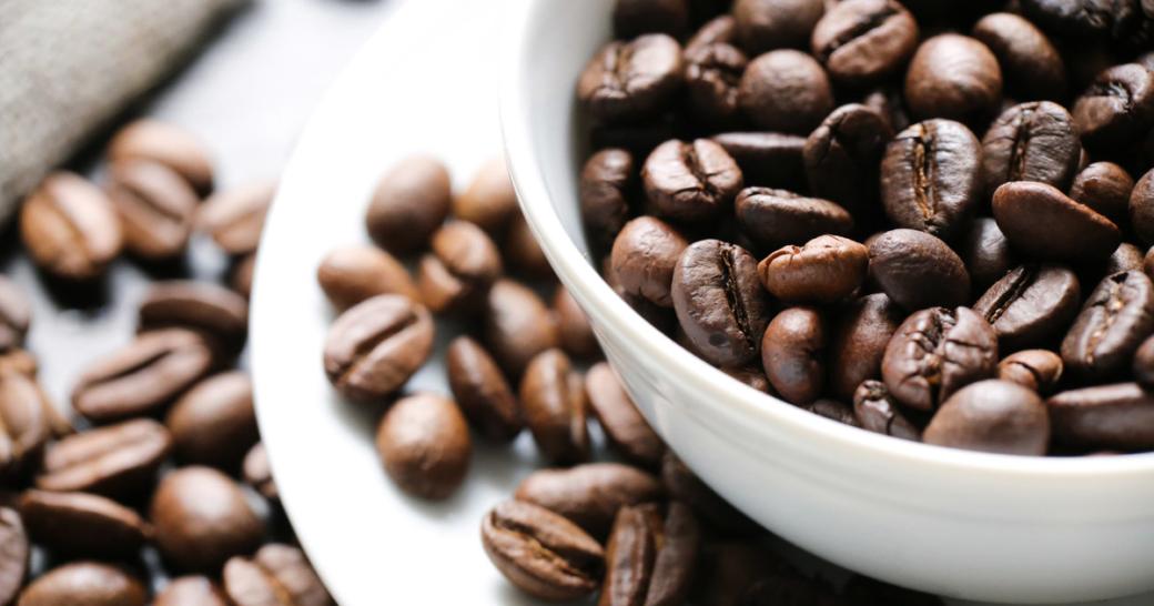 kaffeebohnen in einer kaffeetasse