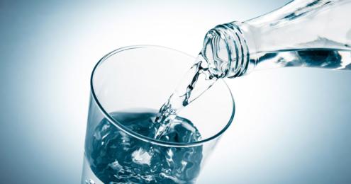 wasser wird in ein glas eingeschüttet
