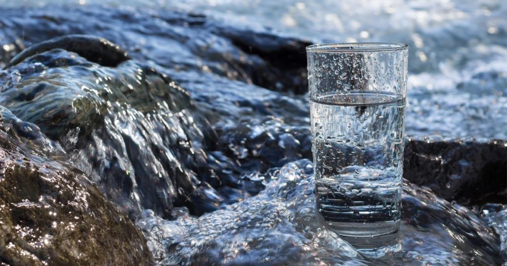ein glas wasser an einem fluss