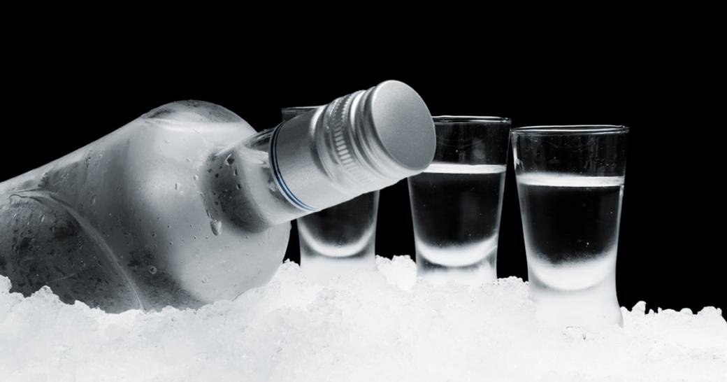 vodka flasche mit drei gläsern