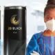 krankenschwester neben energy drink dosen