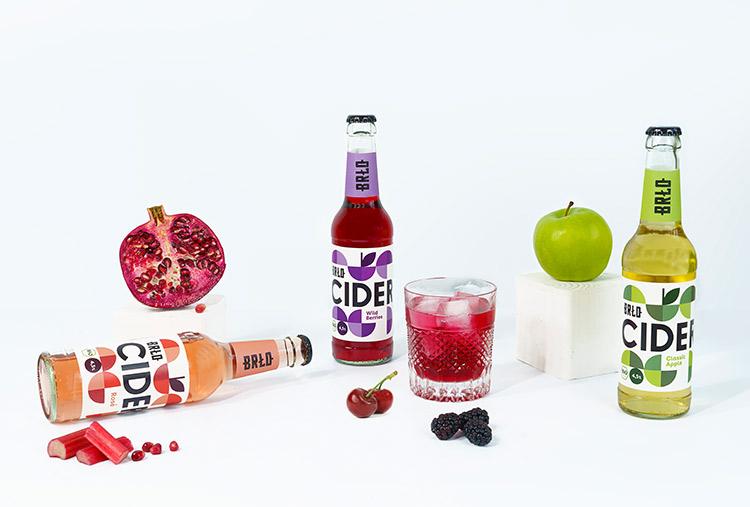 cider flaschen mit früchten