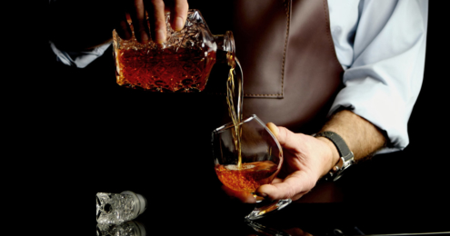 mann schenkt cognac ein