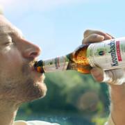 mann trinkt krombacher alkoholfrei bier