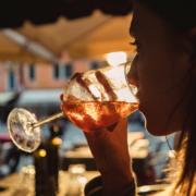 frau trinkt alkohol