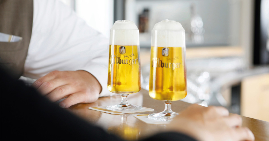zwei bitburger bier auf dem tresen stehend