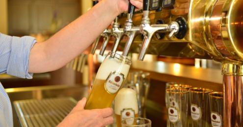 mann zapft ein bier