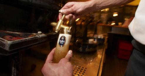 mann zapft bier von gaffel