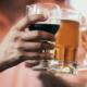 anstoßen mit einem glas wein und einem glas bier
