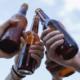 freunde stoßen mit bierflaschen an